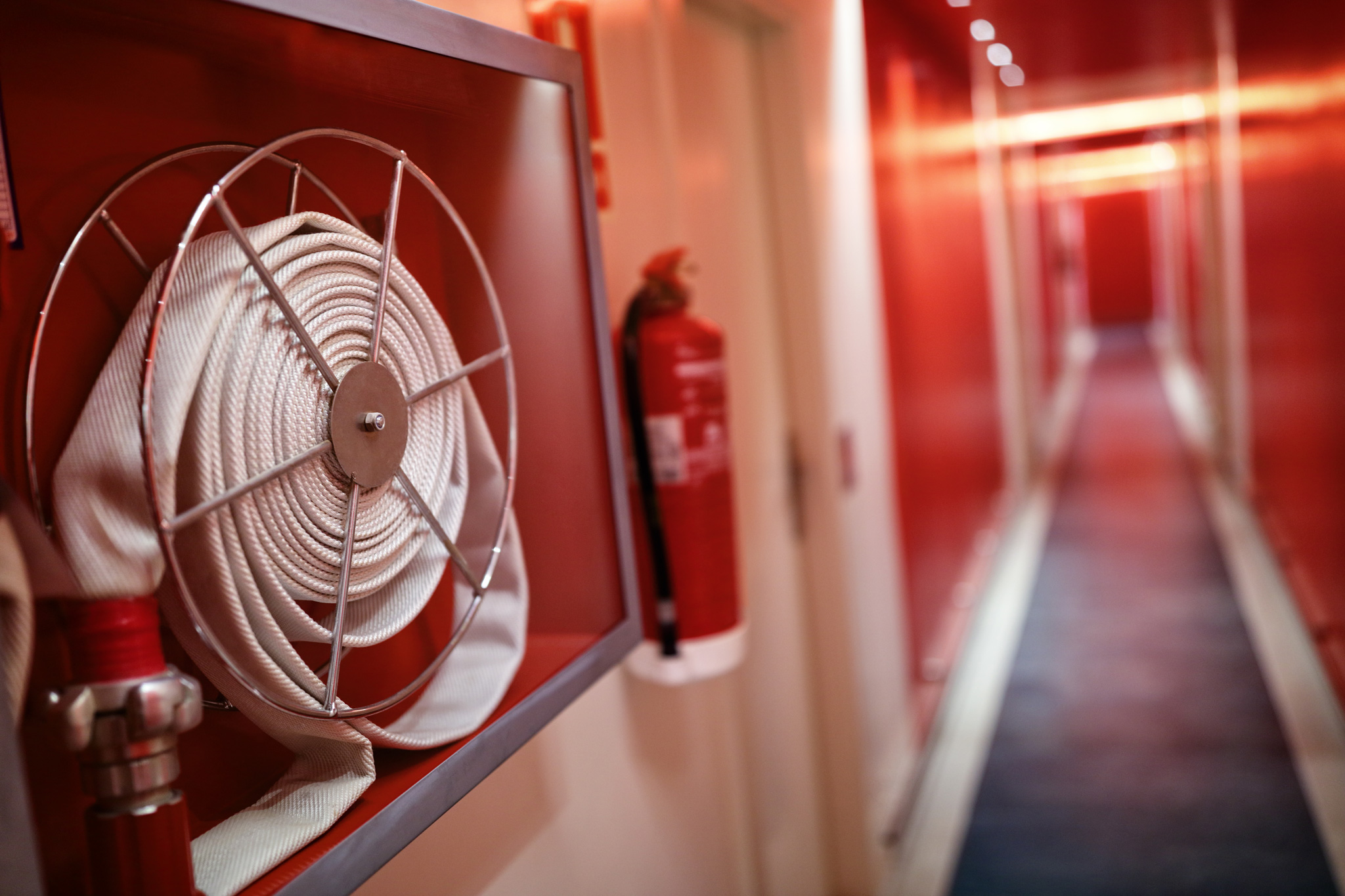 fire-extinguisher-and-hose-reel-in-hotel-corridor-P7Q39E9